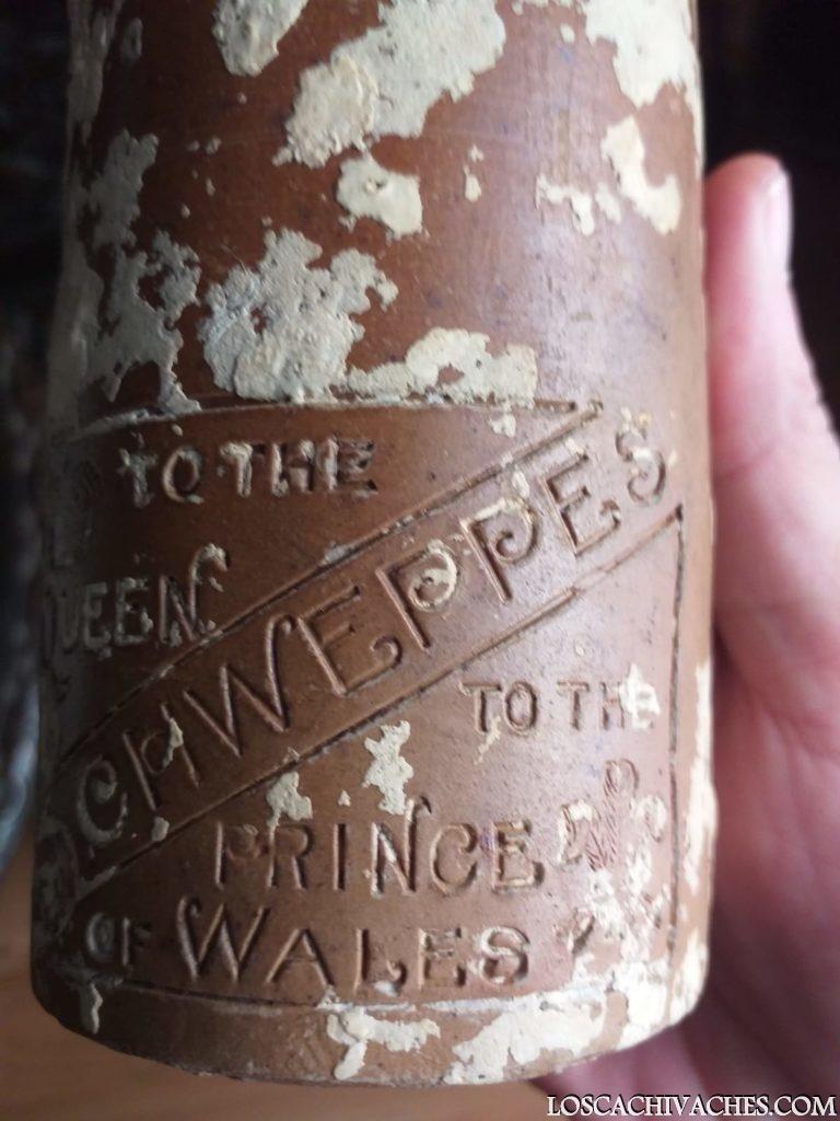 Botella antigua Schweppes 1890 rescatada bajo del mar 2
