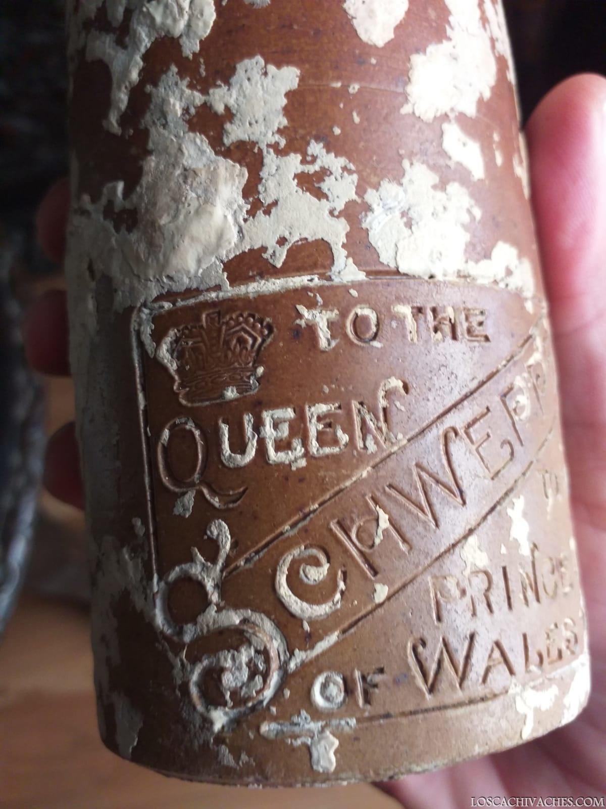 Botella Schweppes 1899 rescatada bajo del mar