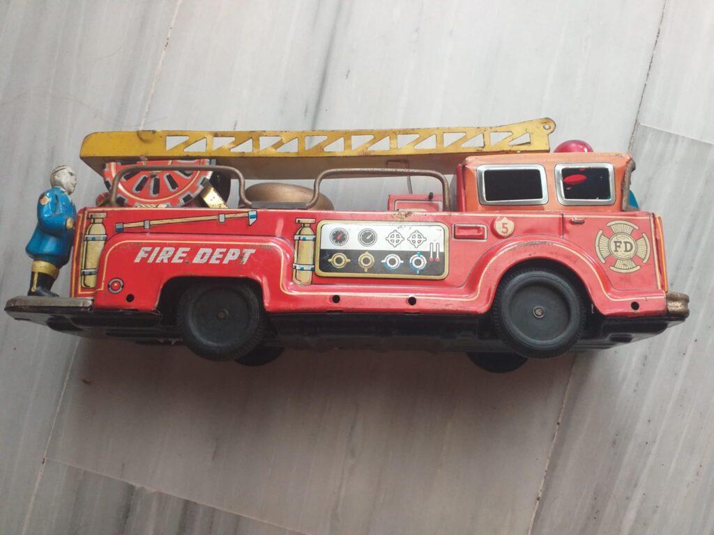 juguetes antiguos de hojalata, camion de bomberos con bomberos