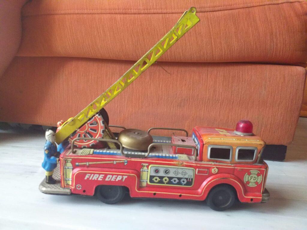 juguetes antiguos de hojalata, camion de bomberos con bomberos 3