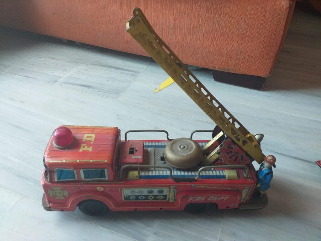 juguetes antiguos de hojalata, camion de bomberos con bomberos 4