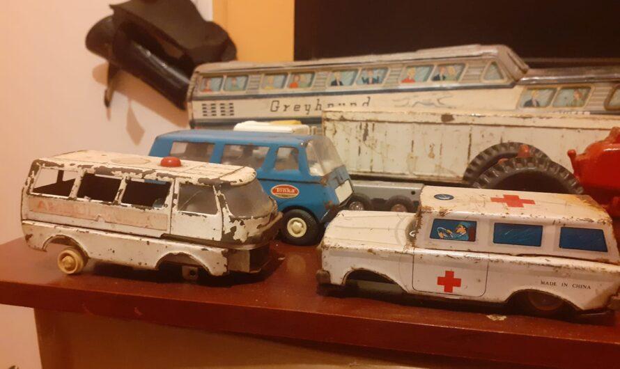 Colección antigua de camiones, autobuses, tractores